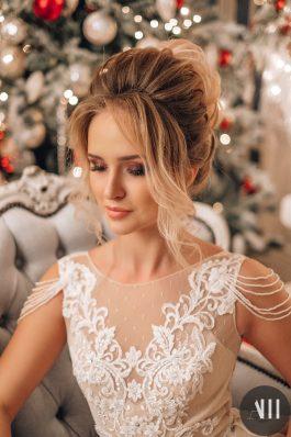 Шикарный текстурный высокий пучок и красивый макияж на свадьбу