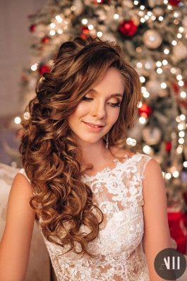 Текстурная греческая коса и яркий макияж на свадьбу