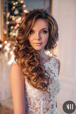 Текстурная греческая коса и яркий макияж на свадьбу от Анастасии Швабской