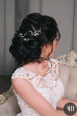 Текстурный низкий пучок с украшением на свадьбу