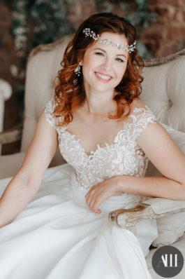 Локоны на свадьбу с украшением и красивый макияж