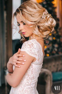 Красивый объемный пучок с украшением из розового кварца и яркий макияж с акцентом на глаза
