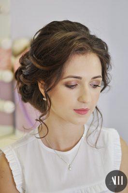 Нежный макияж и аккуратный пучок на свадьбу