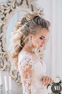 Объемная греческая коса с украшением и яркий макияж