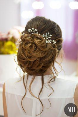 Объемный низкий пучок с украшением на свадьбу