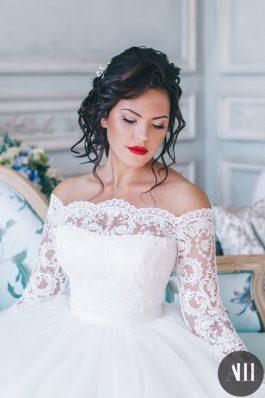 Объемный пучок и яркий макияж с красными губами от стилиста Татьяны Маковской