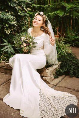 Прическа на свадьбу с венком из живых цветов от свадебного стилиста Анастасии Швабской