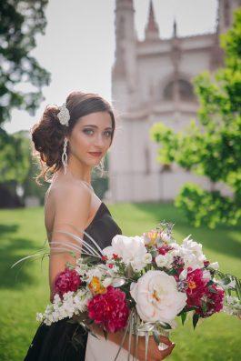 Прическа на свадьбу воздушный пучок с цветами