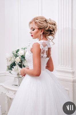 Шикарный свадебный образ с яркой помадой и объемным пучком