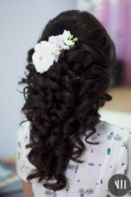 Свадебная прическа греческая коса украшенная цветами
