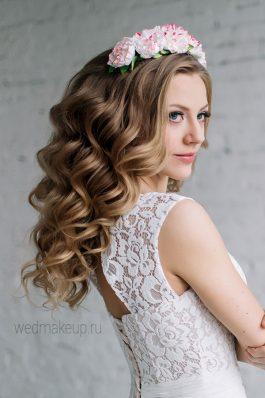 Свадебная прическа крупные локоны с венком из цветов