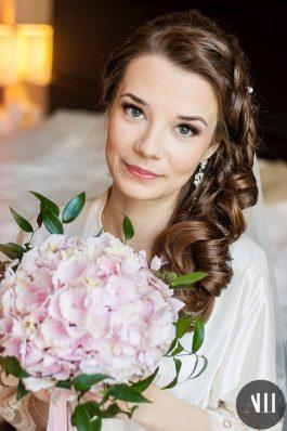 Свадебная прическа на длинные волосы и макияж для невесты