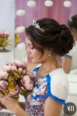 Свадебная прическа средний пучок с диадемой и макияж