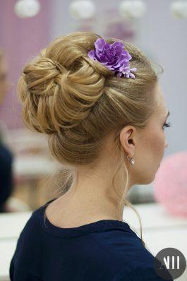 Свадебная прическа высокий пучок с цветами