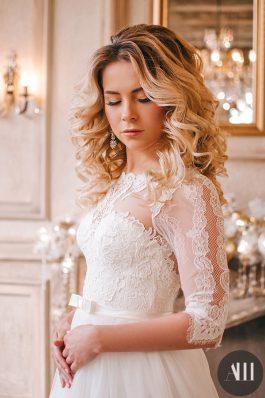 Свадебный образ с локонами и нежный макияж