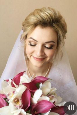 Воздушная нежная прическа на свадьбу с фатой