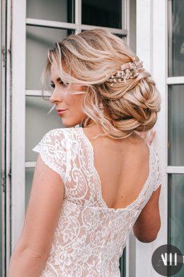 Воздушный низкий пучок с украшением из розового кварца и нежный свадебный макияж