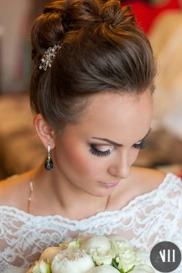 Высокий аккуратный пучок на свадьбу от ведущего стилиста