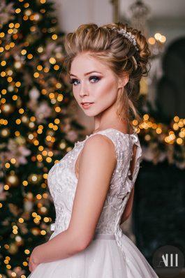 Яркий свадебный макияж и шикарный высокий пучок с украшением от стилиста Татьяны Маковской