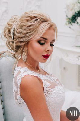 Яркий свадебный макияж с красной помадой и шикарный воздушный пучок от Анастасии Швабской