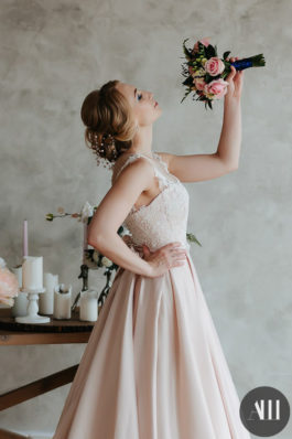 Нежный свадебный образ низкий пучок и красивый макияж