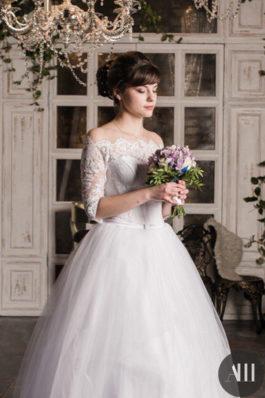 Нежный образ для невесты средний пучок с челкой и красивый макияж