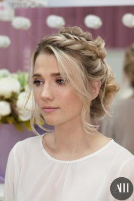 Красивая свадебная прическа с элементами плетения и нежный макияж