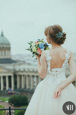 Низкий пучок на свадьбу из коротких волос