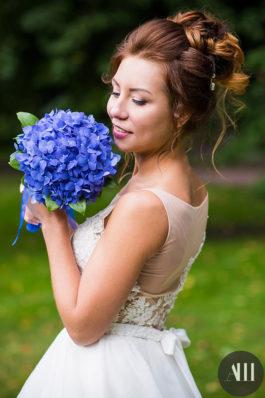 Высокий объемный пучок на свадьбу и красивый макияж