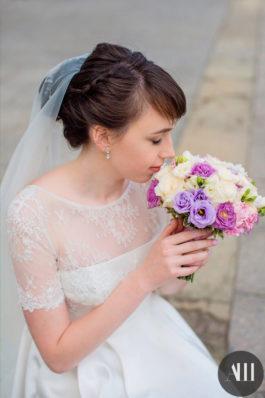 Прическа на свадьбу с элементами плетения и фатой и нежный макияж