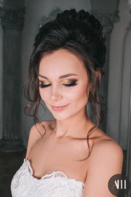 Высокий объемный пучок и яркий макияж на свадьбу