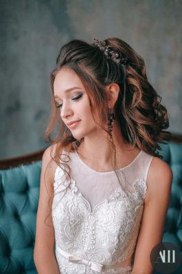 Высокий пышный хвост из крупных локонов и красивый макияж на свадьбу