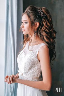 Объемный хвост из локонов и макияж на свадьбу от Ангелины Солнцевой