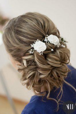 Аккуратная прическа на свадьбу пучок с цветами