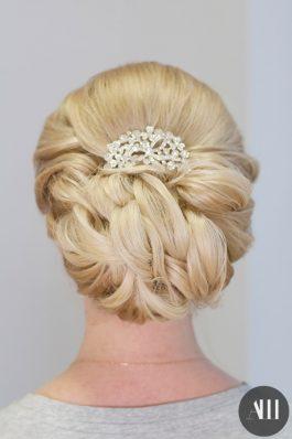 Аккуратно собранные короткие волосы с украшением