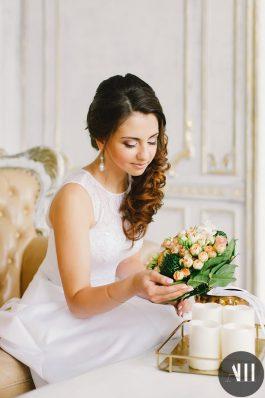 Аккуратный макияж и греческая коса набок для невесты