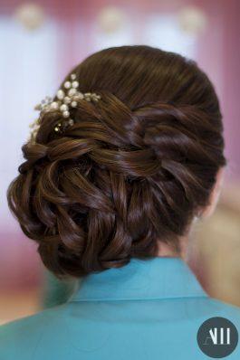 Аккуратный плотный пучок на бок из средних волос