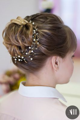 Аккуратный средний пучок на свадьбу из коротких волос