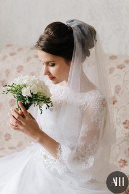 Гладкий пучок на свадьбу на средние волосы с фатой