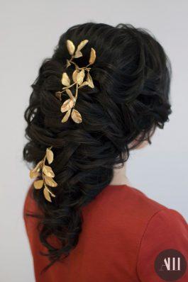 Греческая коса на свадьбу с золотой веточкой