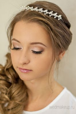Греческая коса набок с тиарой и макияж для невесты