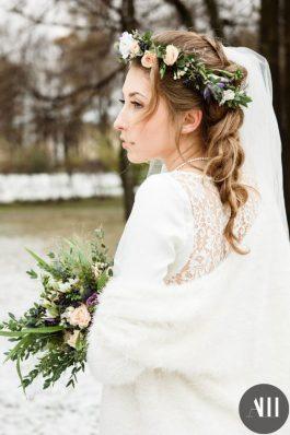 Коса на свадьбу с венком и фатой
