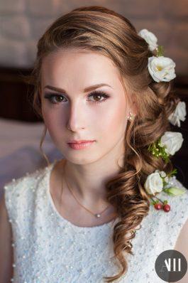 Красивый и нежный свадебный образ с живыми цветами