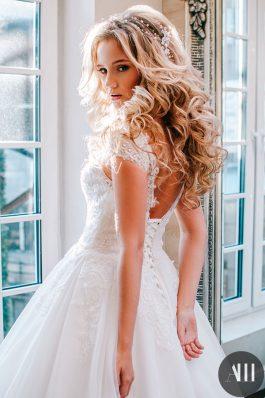 Красивый свадебный образ локоны и нежный макияж