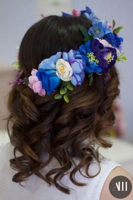 Локоны на средние волосы с цветочным венком