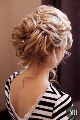 Небрежный воздушный пучок из волос средней длины на свадьбу