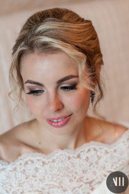 Нежная прическа и макияж на свадьбу