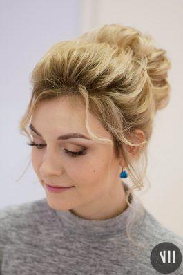 Нежная свадебная прическа средний пучок и макияж