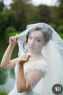 Нежный свадебный образ с фатой и высоким пучком