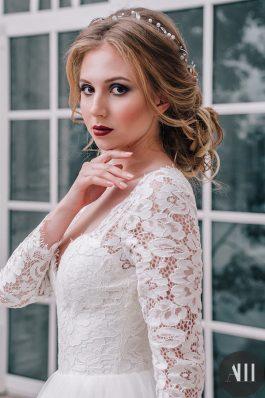 Низкий элегантный пучок и яркий свадебный макияж